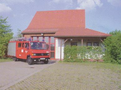 Feuerwehrhaus und Löschfahrzeug LF 8/6